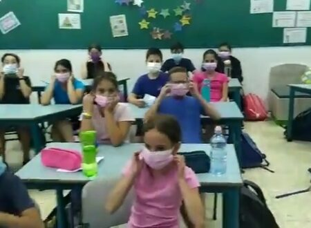 ISRAELE TOGLIE L'OBBLIGO DI MASCHERE FACCIALI AI BAMBINI: IL VIDEO